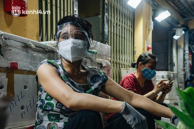 Hà Nội: Phong tỏa khu vực hải sản trong chợ Long Biên, tập trung truy vết liên quan ca Covid-19 từng đến đây - ảnh 9