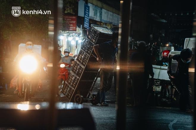 Hà Nội: Phong tỏa khu vực hải sản trong chợ Long Biên, tập trung truy vết liên quan ca Covid-19 từng đến đây - ảnh 17