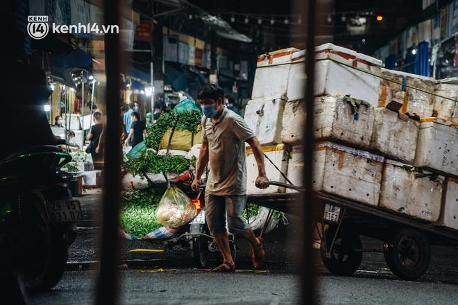 Hà Nội: Phong tỏa khu vực hải sản trong chợ Long Biên, tập trung truy vết liên quan ca Covid-19 từng đến đây - ảnh 16