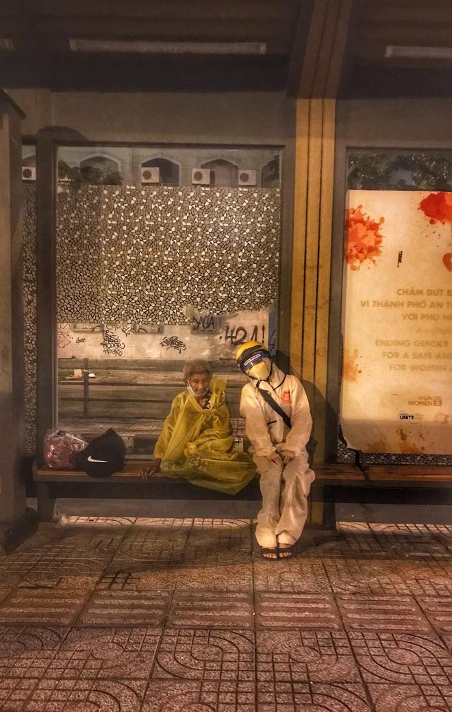 Bộ ảnh về người vô gia cư lay lắt trong đêm Sài Gòn giãn cách và những điều ấm áp nhỏ bé khiến ai cũng rưng rưng - ảnh 9