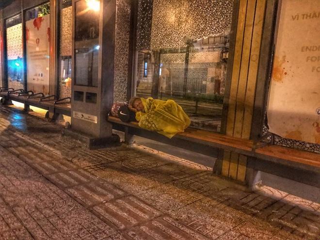 Bộ ảnh về người vô gia cư lay lắt trong đêm Sài Gòn giãn cách và những điều ấm áp nhỏ bé khiến ai cũng rưng rưng - ảnh 8