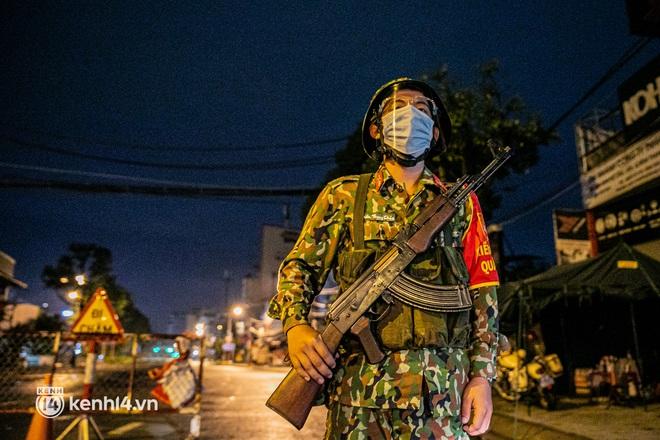 Ảnh: Quân đội xuất quân ngay trong đêm, kiểm soát gần 300 chốt khắp quận huyện TP.HCM - Ảnh 13.