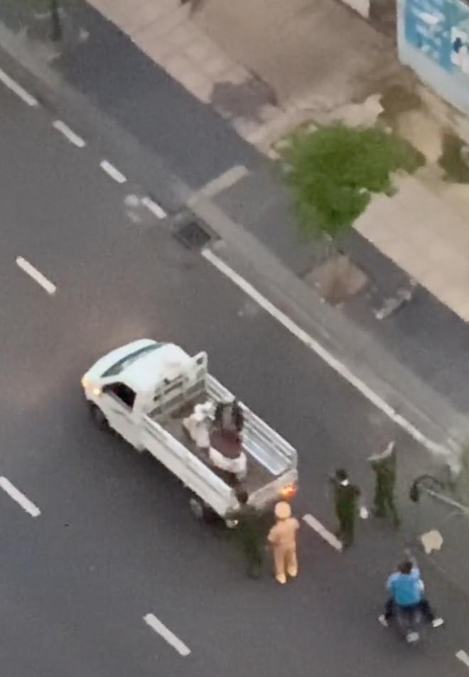 """Xôn xao clip công an trực chốt bê xe của cô gái đi đường: Tưởng """"tới công chuyện"""", ai dè đó là 1 tình huống dễ thương hết biết! - Ảnh 1."""