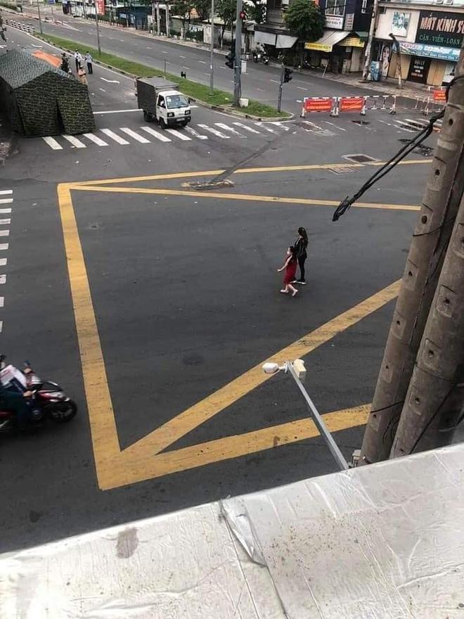 """""""Chị đại quận 4"""" lại tái xuất: Vẫn không đeo khẩu trang, dẫn con gái đi lang thang trên phố trong ngày đầu TP.HCM siết chặt giãn cách - Ảnh 2."""