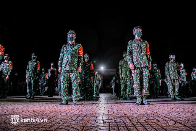 Ảnh: Quân đội xuất quân ngay trong đêm, kiểm soát gần 300 chốt khắp quận huyện TP.HCM - Ảnh 5.