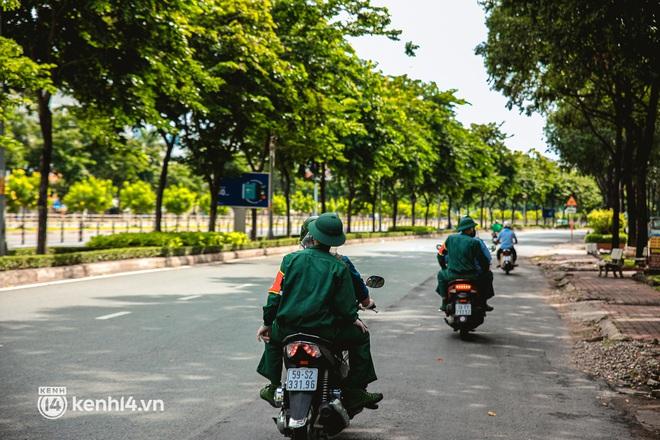 Cận cảnh lực lượng quân đội tuần tra đường phố Sài Gòn, kiểm soát tại các chốt phòng dịch Covid-19 - Ảnh 10.