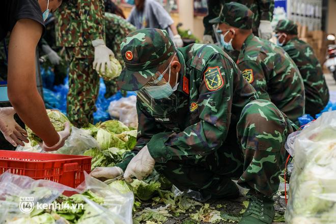 Người dân TP.HCM phấn khởi khi lực lượng quân đội mang rau xanh, lương thực đến từng hẻm, từng nhà trao tận tay bà con - Ảnh 5.