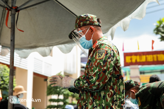 Người dân TP.HCM phấn khởi khi lực lượng quân đội mang rau xanh, lương thực đến từng hẻm, từng nhà trao tận tay bà con - Ảnh 10.