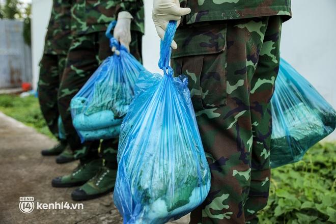Người dân TP.HCM phấn khởi khi lực lượng quân đội mang rau xanh, lương thực đến từng hẻm, từng nhà trao tận tay bà con - Ảnh 9.