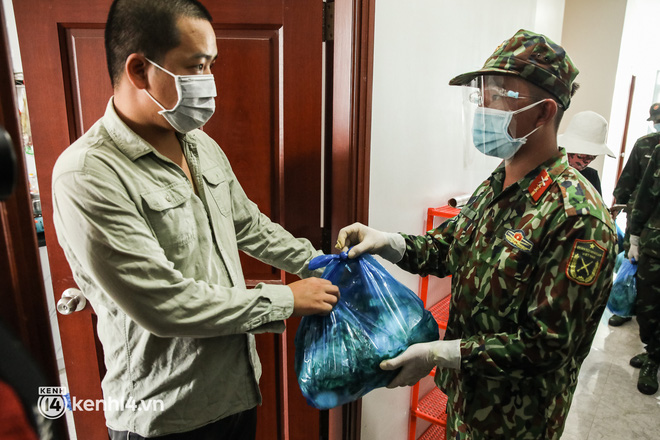 Người dân TP.HCM phấn khởi khi lực lượng quân đội mang rau xanh, lương thực đến từng hẻm, từng nhà trao tận tay bà con - Ảnh 13.