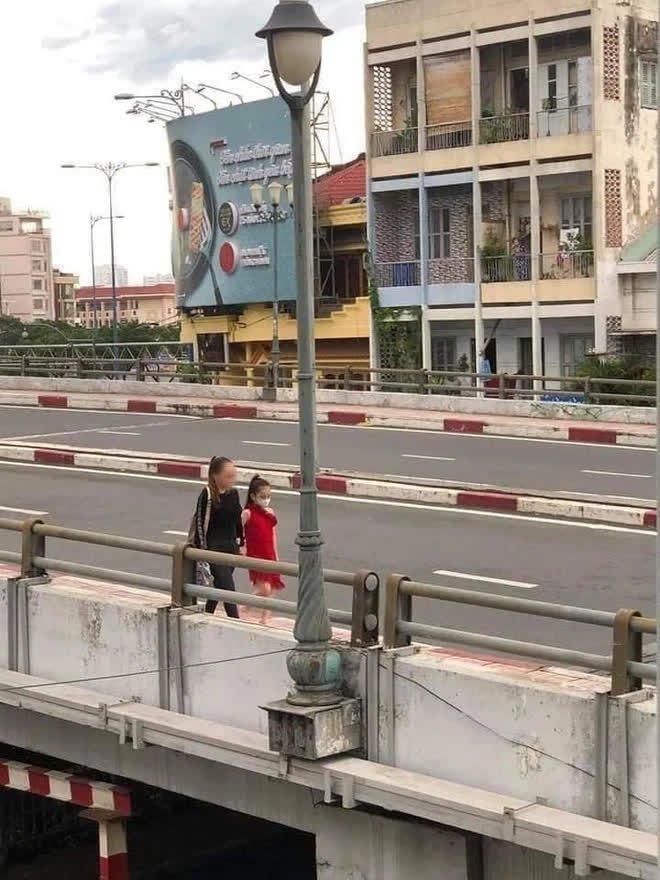 """Tiếp tục xuất hiện clip """"chị đại quận 4"""" không đeo khẩu trang, vội vã di chuyển né công an khi lang thang trên đường phố Sài Gòn - Ảnh 1."""
