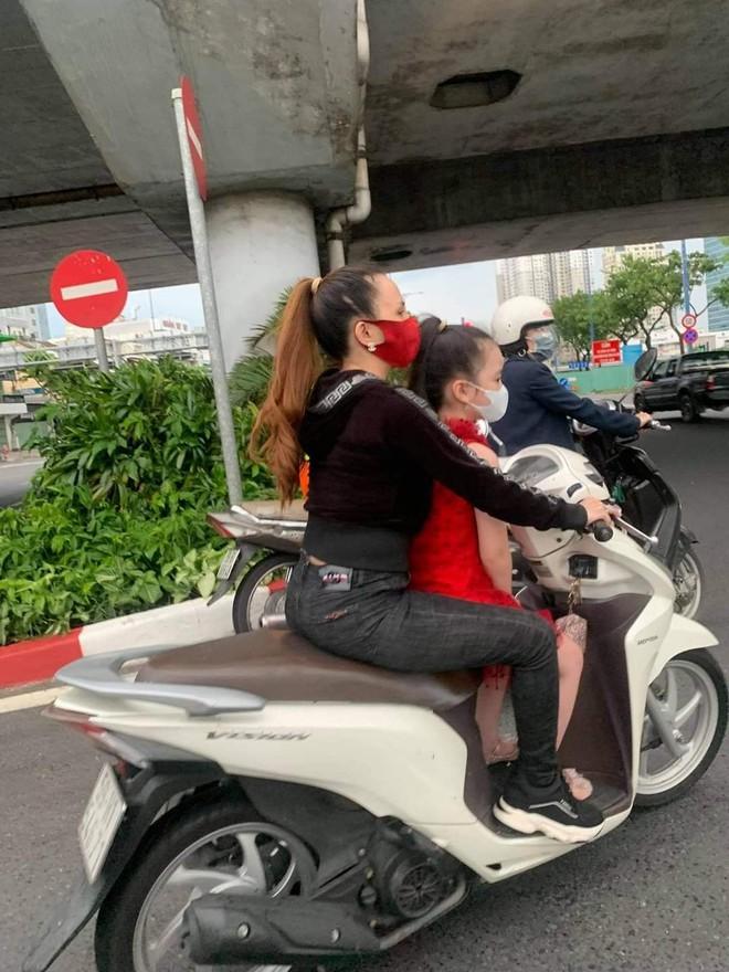 """Tiếp tục xuất hiện clip """"chị đại quận 4"""" không đeo khẩu trang, vội vã di chuyển né công an khi lang thang trên đường phố Sài Gòn - Ảnh 3."""