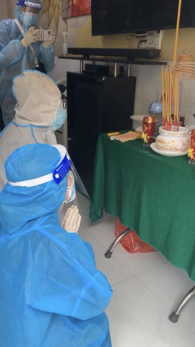 Tang lễ gấp rút của NS Bạch Mai: Bình Tinh suy sụp bên bàn thờ lập vội cho mẹ, NS Ngọc Huyền - Thoại Mỹ bật khóc nức nở - Ảnh 4.