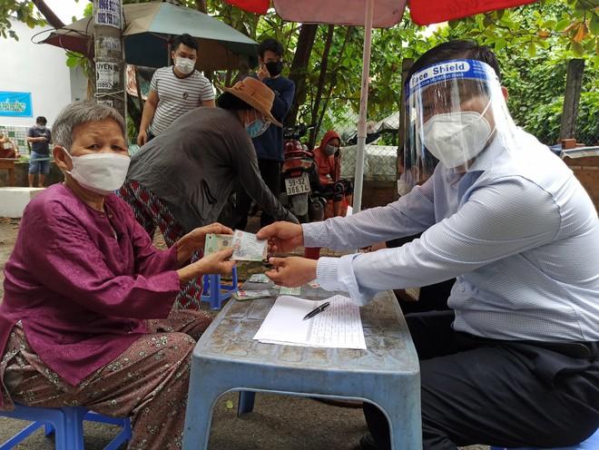 TP.HCM: Đi mua thuốc không được, cụ ông 74 tuổi bị tai biến được cán bộ UBND phường làm điều bất ngờ sau 10 phút - Ảnh 3.
