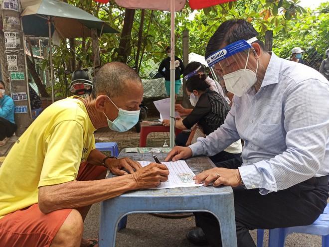 TP.HCM: Đi mua thuốc không được, cụ ông 74 tuổi bị tai biến được cán bộ UBND phường làm điều bất ngờ sau 10 phút - Ảnh 4.