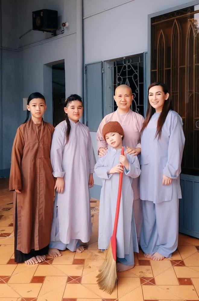 Chuyện đời buồn của Phi Nhung: Không lấy chồng, nhận nuôi 23 đứa trẻ mồ côi, những ngày cuối cùng không gần con gái ruột - ảnh 19