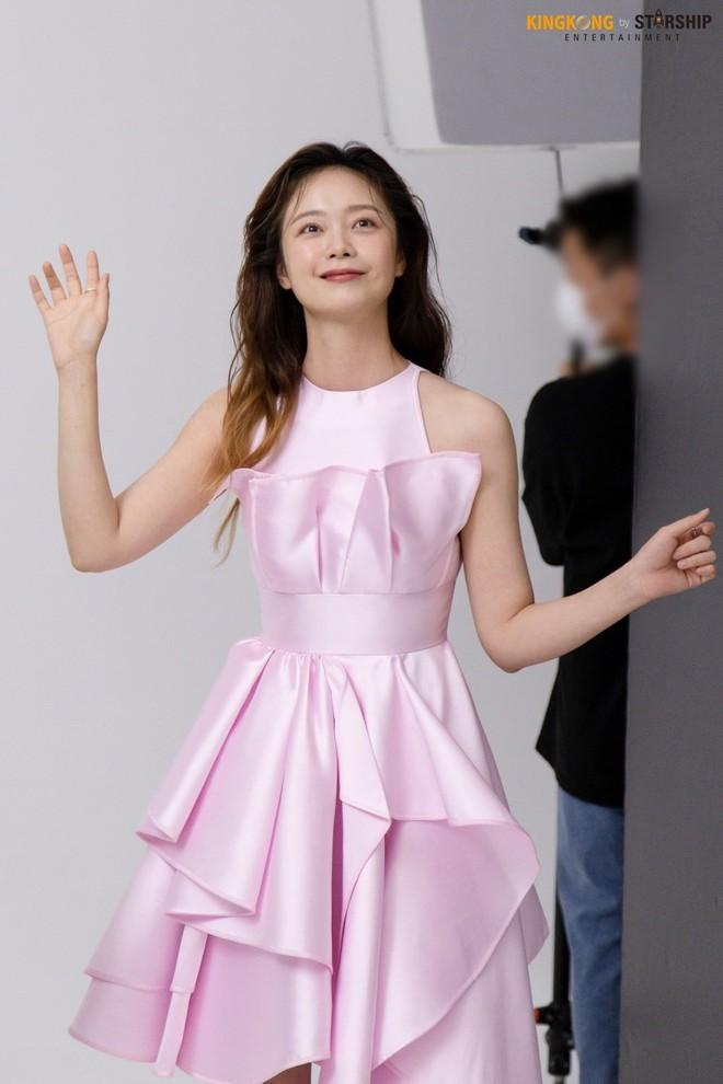 Thành viên bị ghét nhất Running Man Jeon So Min lột xác khó nhận ra: Ảnh tạp chí đã xinh ngất, hậu trường còn mê hơn - ảnh 5