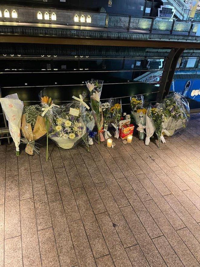 Xúc động những nhành hoa trắng được đặt tại nơi nam thanh niên người Việt bị hành hung, đạp xuống sông tử vong ở Nhật Bản - ảnh 1