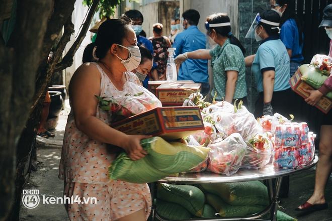 Vay ngân hàng để xây dãy trọ nhưng anh chủ vẫn giảm tiền thuê, còn mua tặng thực phẩm cho bà con nghèo ở Sài Gòn - Ảnh 4.