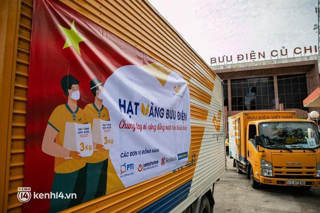 Ảnh: Người nghèo, khuyết tật ở Sài Gòn bật khóc khi được phát gạo miễn phí tại bưu điện - ảnh 1