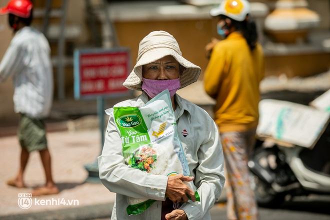 Ảnh: Người nghèo, khuyết tật ở Sài Gòn bật khóc khi được phát gạo miễn phí tại bưu điện - ảnh 2