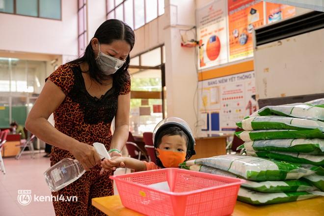 Ảnh: Người nghèo, khuyết tật ở Sài Gòn bật khóc khi được phát gạo miễn phí tại bưu điện - ảnh 4