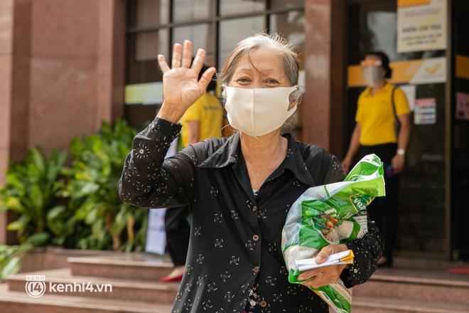 Ảnh: Người nghèo, khuyết tật ở Sài Gòn bật khóc khi được phát gạo miễn phí tại bưu điện - ảnh 6