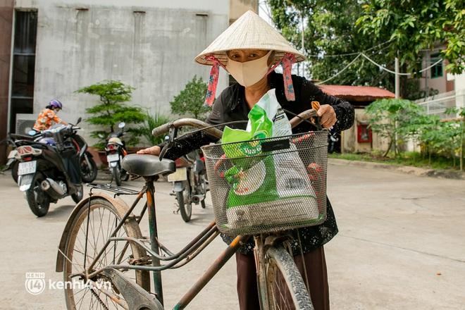 Ảnh: Người nghèo, khuyết tật ở Sài Gòn bật khóc khi được phát gạo miễn phí tại bưu điện - ảnh 5