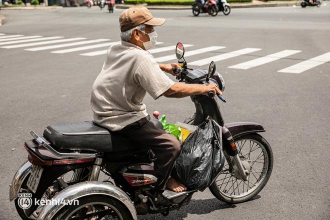 Ảnh: Người nghèo, khuyết tật ở Sài Gòn bật khóc khi được phát gạo miễn phí tại bưu điện - ảnh 10