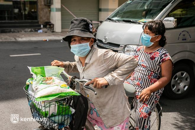 Ảnh: Người nghèo, khuyết tật ở Sài Gòn bật khóc khi được phát gạo miễn phí tại bưu điện - ảnh 9