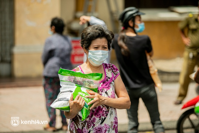 Ảnh: Người nghèo, khuyết tật ở Sài Gòn bật khóc khi được phát gạo miễn phí tại bưu điện - ảnh 12