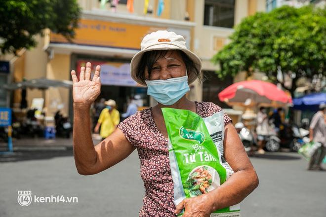 Ảnh: Người nghèo, khuyết tật ở Sài Gòn bật khóc khi được phát gạo miễn phí tại bưu điện - ảnh 11