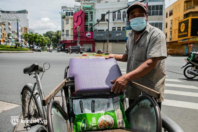 Ảnh: Người nghèo, khuyết tật ở Sài Gòn bật khóc khi được phát gạo miễn phí tại bưu điện - ảnh 8