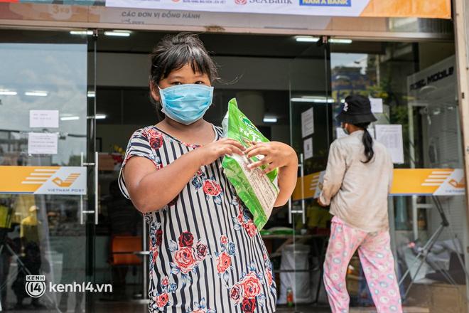 Ảnh: Người nghèo, khuyết tật ở Sài Gòn bật khóc khi được phát gạo miễn phí tại bưu điện - ảnh 16