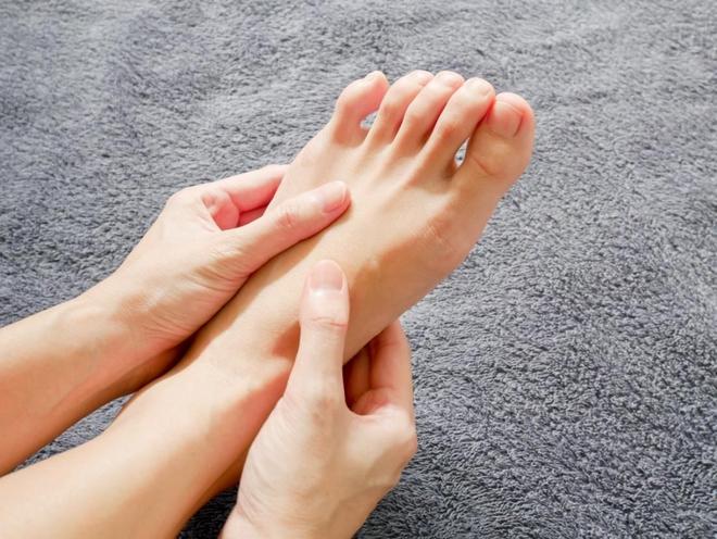 4 hiện tượng bất thường xuất hiện ở chân là dấu hiệu cảnh báo mỡ máu cao mà bạn không nên chủ quan bỏ qua - Ảnh 1.