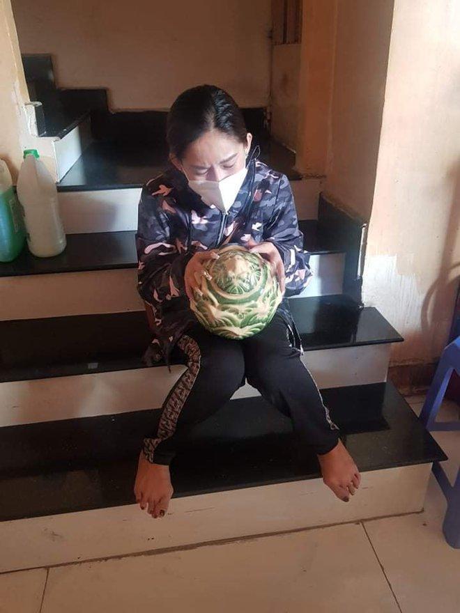 Nhói lòng trước hình ảnh Bình Tinh khóc nức nở nhận tro cốt của NS Kim Phượng vừa qua đời vì mắc Covid-19 - Ảnh 4.