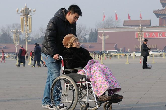 Nỗi niềm chưa kể của Gen Y Trung Quốc: Thế hệ một thân một mình cõng cha, gánh mẹ vì khủng hoảng tuổi tác mà không thể than trách hay chia sẻ - ảnh 3