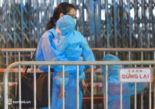 """Hà Nội: Các em nhỏ tại """"ổ dịch"""" Thanh Xuân Trung ngơ ngác trong ngày đầu theo bố mẹ đến vùng an toàn - Ảnh 7."""