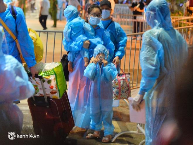 """Hà Nội: Các em nhỏ tại """"ổ dịch"""" Thanh Xuân Trung ngơ ngác trong ngày đầu theo bố mẹ đến vùng an toàn - Ảnh 4."""