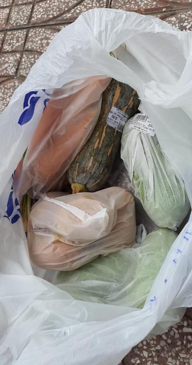 """Bị """"bom"""" hàng chục túi thực phẩm khi đi chợ giúp dân, nữ tổ trưởng có cách xử lý khéo léo khiến tất cả đều nể - Ảnh 1."""