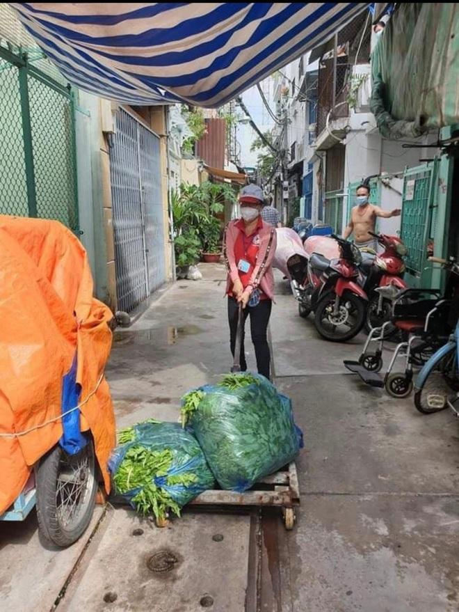 """Bị """"bom"""" hàng chục túi thực phẩm khi đi chợ giúp dân, nữ tổ trưởng có cách xử lý khéo léo khiến tất cả đều nể - Ảnh 2."""