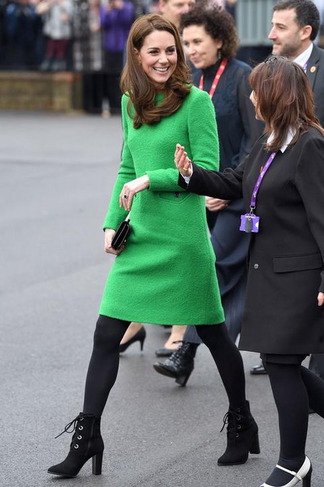 Bí kíp về một đôi chân Hoàng gia xịn mịn hoá ra chỉ nằm gọn trong 6 kiểu giày, toàn mẫu cơ bản ai cũng có thể học theo - Ảnh 1.