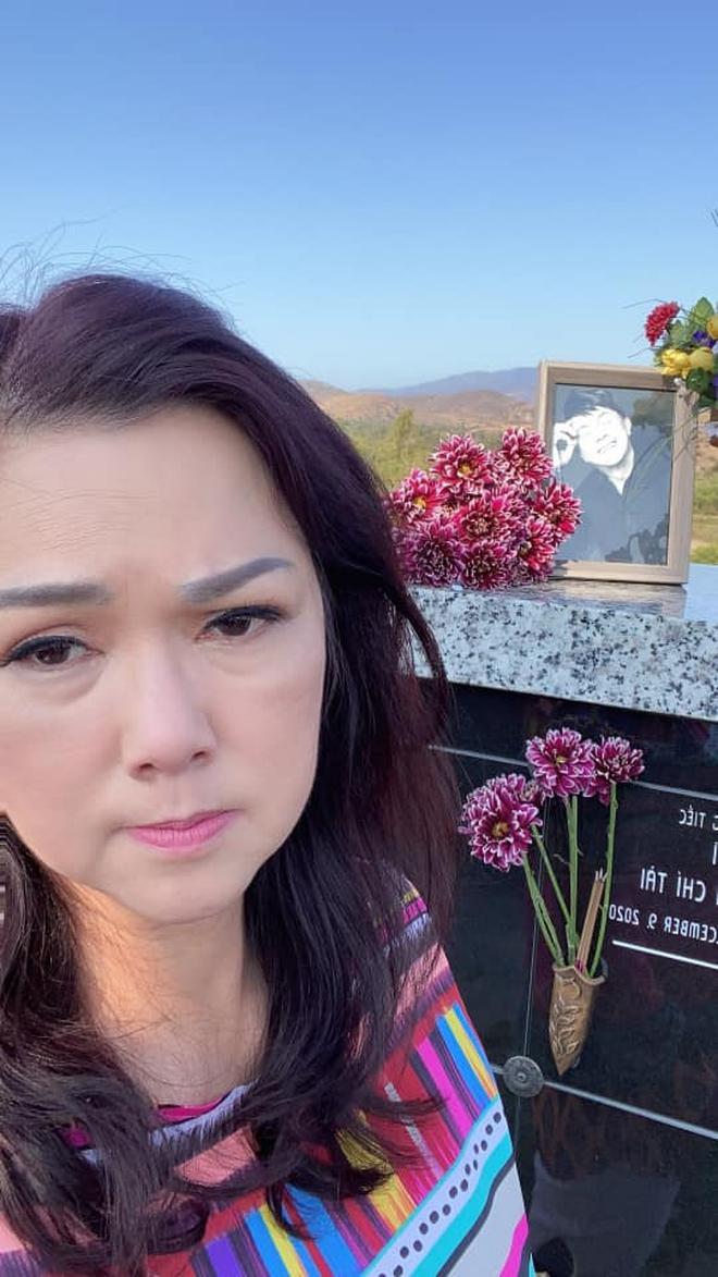 """Bị bình luận tiêu cực việc đăng ảnh viếng mộ chồng, vợ cố NS Chí Tài nghẹn ngào: """"Chú lúc nào cũng ở trong tim cô nên không cần nhắc nhở"""" - Ảnh 5."""