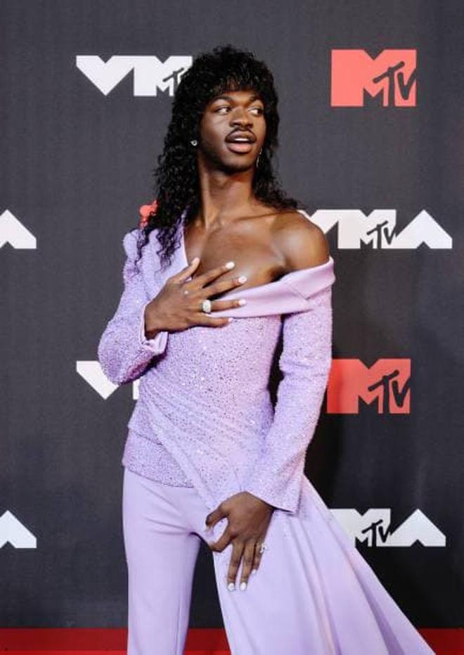 """Nam rapper từng kết hợp với BTS mặc váy lồng lộn xuất hiện trên thảm đỏ MTV VMAs, dân tình thắc mắc: """"Ủa cái bầu đâu rồi?"""" - Ảnh 2."""