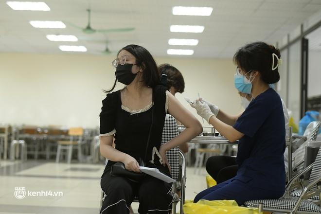 Ảnh: Nhiều phường ở Hà Nội đã hoàn thành tiêm vắc-xin Covid-19 cho người trên 18 tuổi - Ảnh 4.