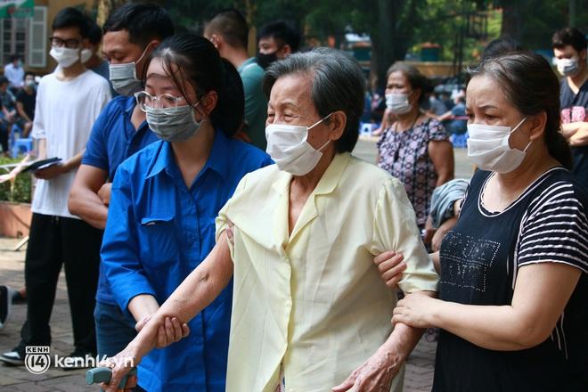 Ảnh: Nhiều phường ở Hà Nội đã hoàn thành tiêm vắc-xin Covid-19 cho người trên 18 tuổi - Ảnh 8.