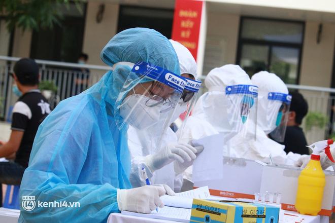 Ảnh: Nhiều phường ở Hà Nội đã hoàn thành tiêm vắc-xin Covid-19 cho người trên 18 tuổi - Ảnh 10.