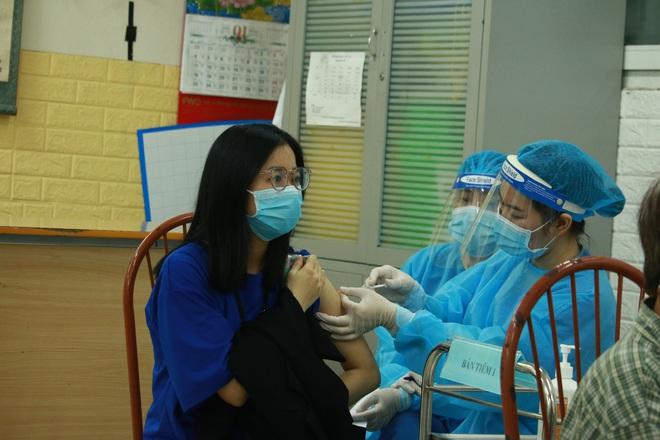 Ảnh: Nhiều phường ở Hà Nội đã hoàn thành tiêm vắc-xin Covid-19 cho người trên 18 tuổi - Ảnh 13.