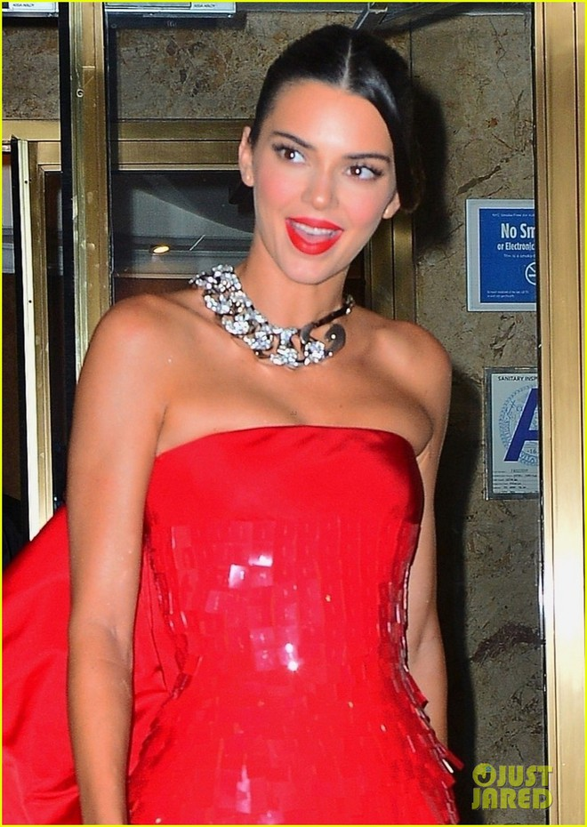 """Dàn sao """"xả đồ"""" dự tiệc hậu Met Gala: Kendall Jenner mặc thoáng hơn nhưng o ép vòng 1, Rosé vẫn một sắc đen, ơn giời mặt Kim Kardashian đây rồi - Ảnh 1."""