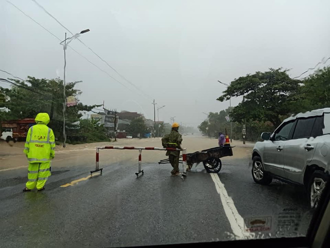 Hà Tĩnh: Mưa lớn trong nhiều giờ, Quốc lộ 1A bị chia cắt - Ảnh 4.